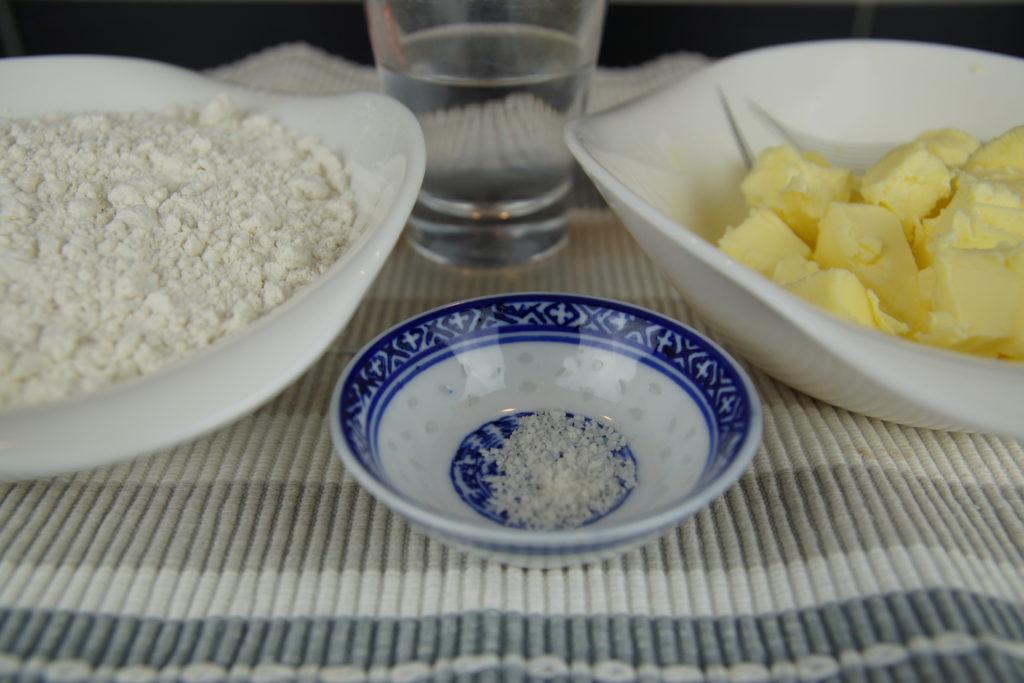 Pour une pâte brisée maison il faut de la farine, du beurre, du sel et de l'eau