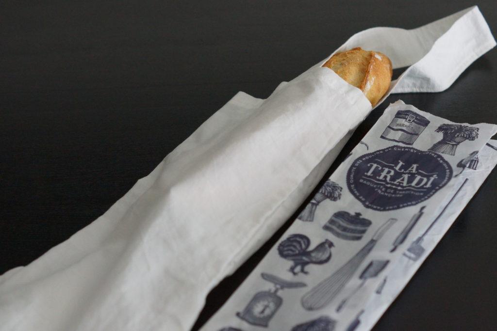 Sac à pain en tissu et sachet papier de la boulangerie