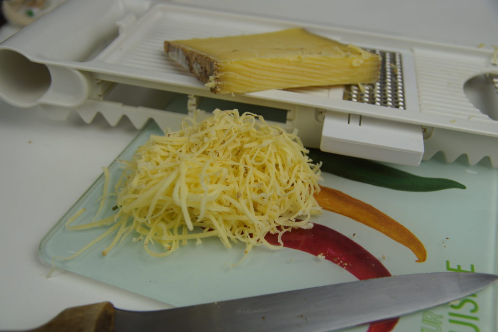 Comté râpé et la râpe à fromage que nous utilisons