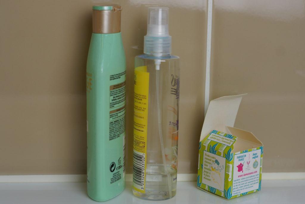 Bouteilles de shampoing et après shampoing comparé à l'emballage du shampoing solide