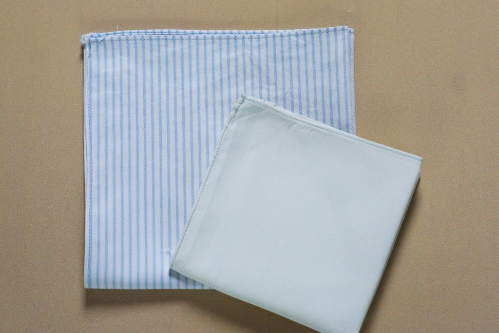Mouchoir en tissu rayé bleu et blanc et mouchoir en tissu blanc