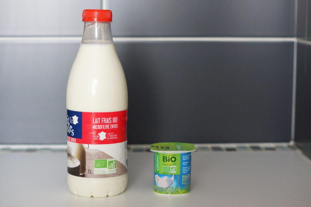 Ingrédients pour réaliser des yaourts maison : lait entier bio et yaourt nature