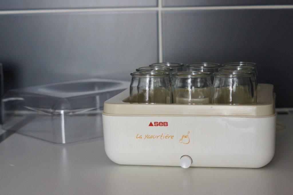 Yaourtière Seb ouverte avec ses 8 pots à yaourt en verre