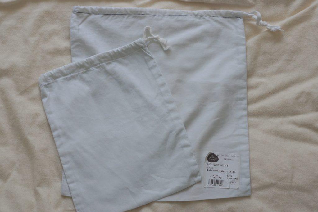 Deux sacs à vrac en tissu blanc