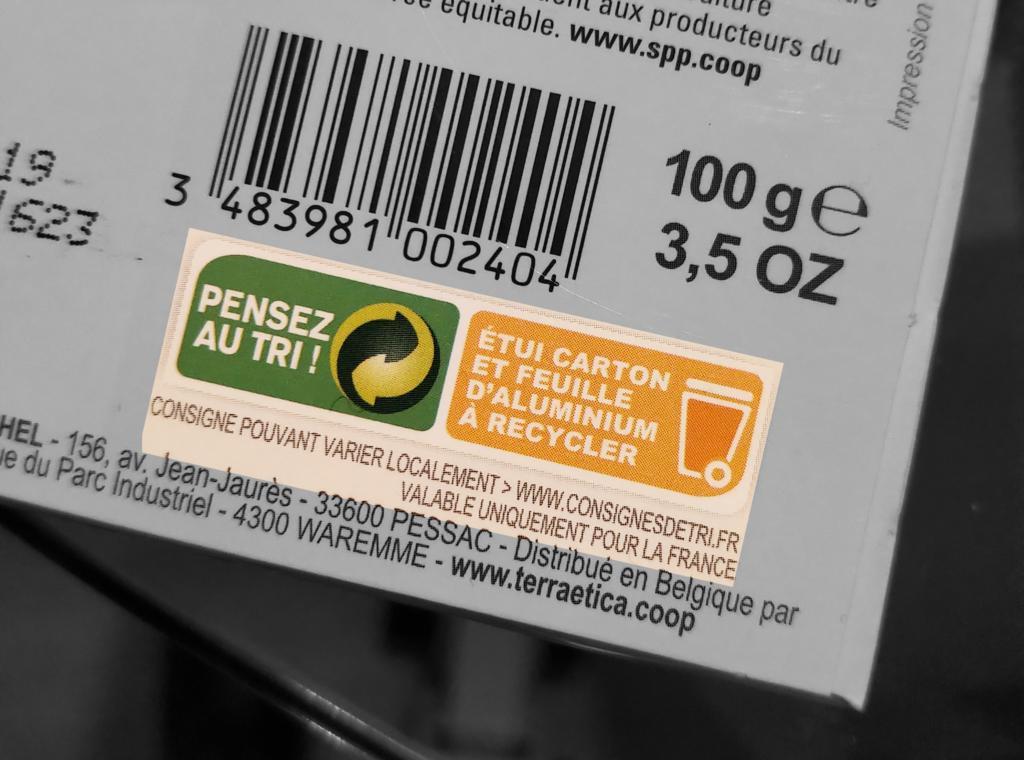 Consignes de tri surlignées sur un emballage de tablette de chocolat