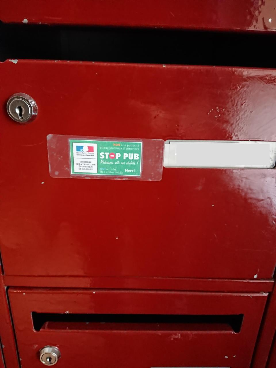 Boîte aux lettres avec autocollant Stop pub