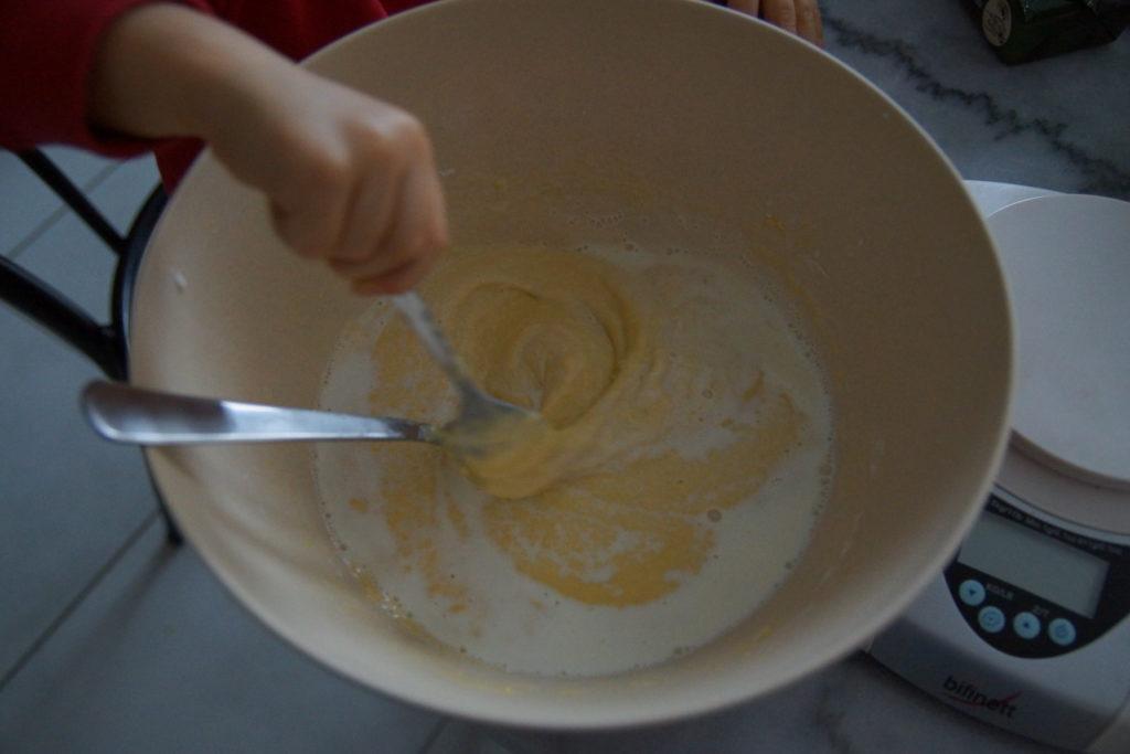 Ajouter le lait doucement à la patouille pour obtenir la pâte à crêpes