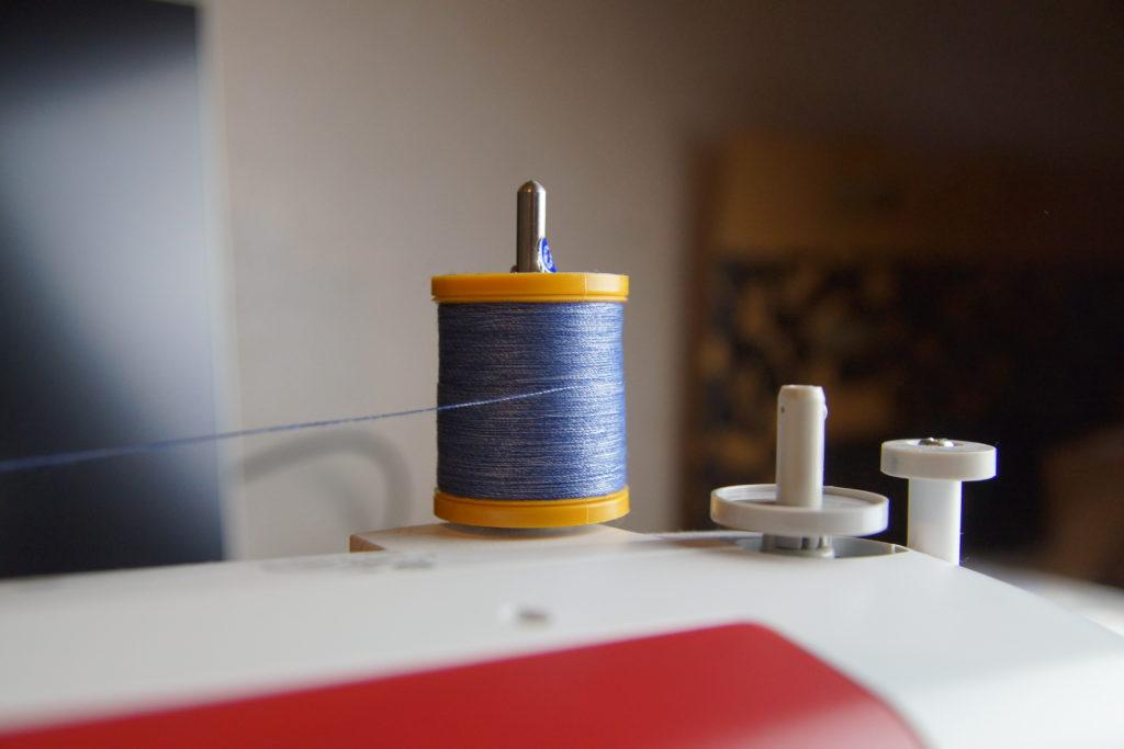 Bobine de fil sur la machine à coudre