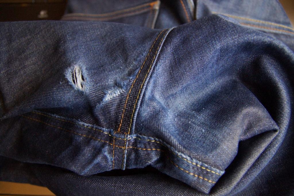 Deux trous en haut de la jambe droite de mon jean