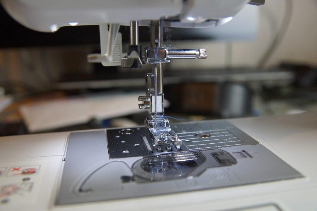 Sabot de la machine à coudre avec fil de réparation pour le jean troué