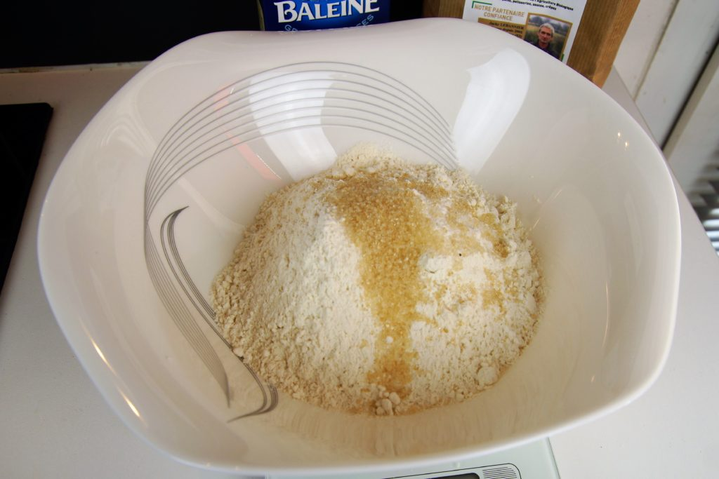 Sucre rajouté au mélange sel farine dans le saladier