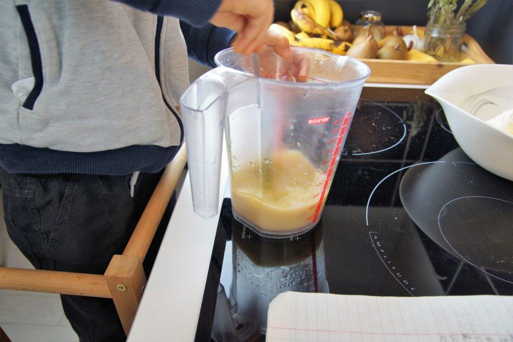 Mélanger l'eau, la levure de boulanger et l'huile d'olive